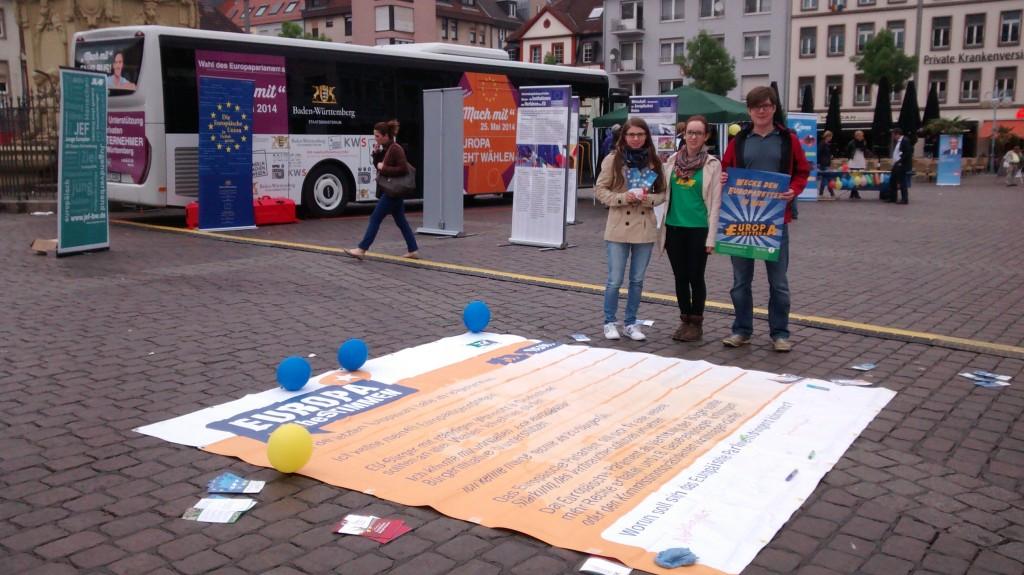 JEF Mitglieder unterstützen die Straßenzeitung der Europa Union in Mannheim