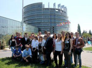Gruppenbild vor dem Europäischen Parlament